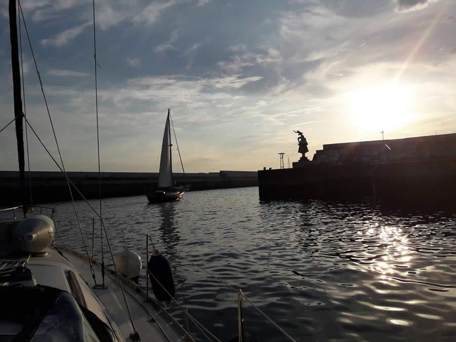 La primera travesía 'Navega el Camino' llega a A Coruña con un centenar de peregrinos a vela